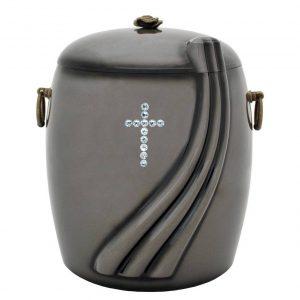 Tamsiai pilka urna su bangos ornamentu ir kryželiu