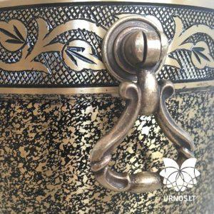 Aukso spalvos juodai dekoruota žalvarinė urna
