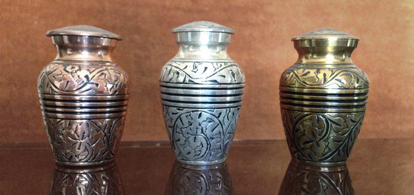 Medinės, keramikinės, metalinės, akmeninės, stiklinės urnos – kokią rinktis?
